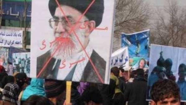 الإضرابات تعصف بملالي طهران.. ونزيف العملة مستمر