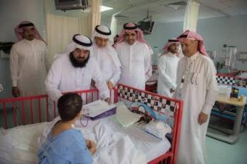 معايدة أحد الأطفال المنومين في مستشفى الملك فهد التخصصي بالدمام.