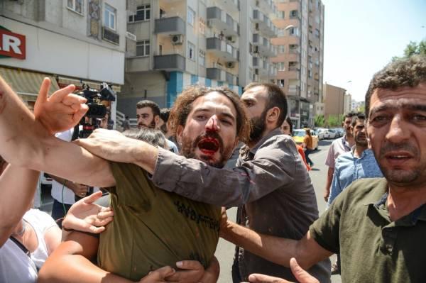 تركيا: تظاهرات ضد إقالة الحكومة لـ 3 رؤساء بلديات