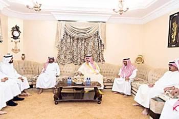 الأمير فيصل بن نواف في مجلس أسرة الزهراني. (عكاظ)