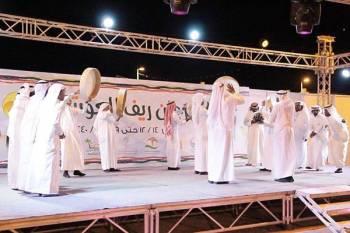 أداء الفرق الشعبية في مهرجان العوشزية. (عكاظ)