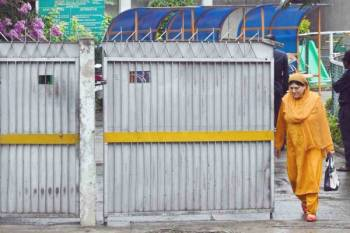 كشميرية تغادر مدرسة  في سريناجار أمس بعد إعادة افتتاحها وسط غياب للتلاميذ في أعقاب مصادمات إثر تجريد الهند المنطقة من الحكم الذاتي. (أ ف ب)
