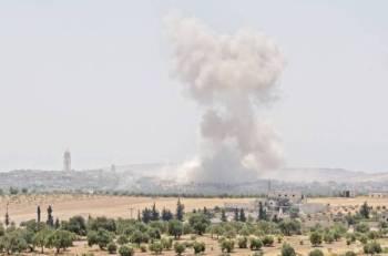 دخان يتصاعد إثر غارة جوية لقوات الأسد على بلدة حيش في إدلب السورية أمس. (أ ف ب) 