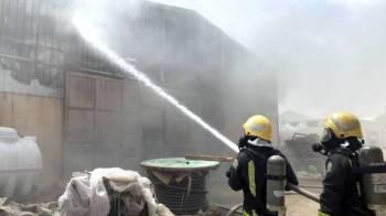 فرق الدفاع المدني خلال مباشرتها الحريق.