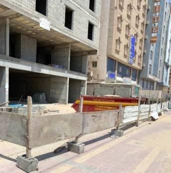 مبنى تحت الإنشاء مخالف للسلامة.