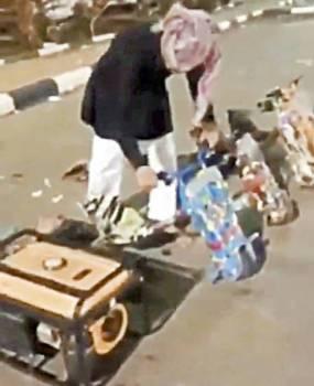 مقطع مصور يظهر شابا وهو يضايق السيدة.
