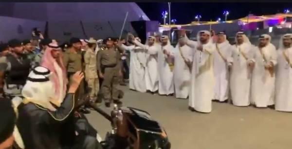 الإماراتيون يستقبلون الفيصل بـ«الإماراتي سعودي والسعودي إماراتي»