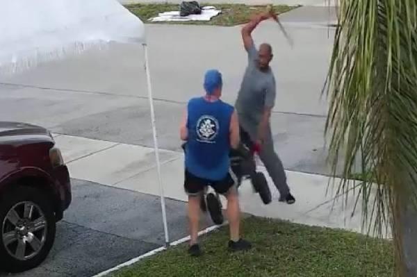 كاميرا تنقذ شخص من اعتداء بسيف في حي بأمريكا