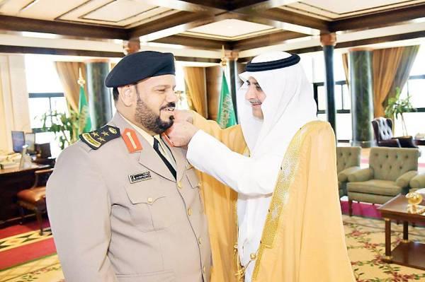الأمير فهد بن سلطان مقلدا الشمري رتبته.