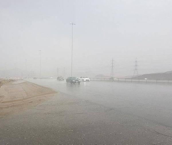 «الأرصاد»: أمطار غزيرة وبَرَد وسيول على الطائف وأضم والعرضيات وميسان والقنفذة