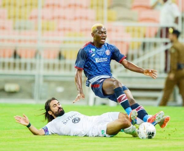 عبدالغني يحاول الحصول على الكرة من لاعب العدالة.