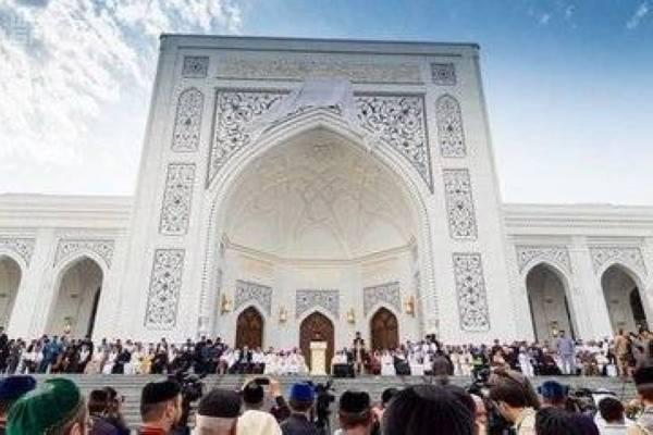 افتتاح أكبر مسجد في أوروبا بالشيشان وأمين رابطة العالم الإسلامي يلقي خطبة جمعته الأولى