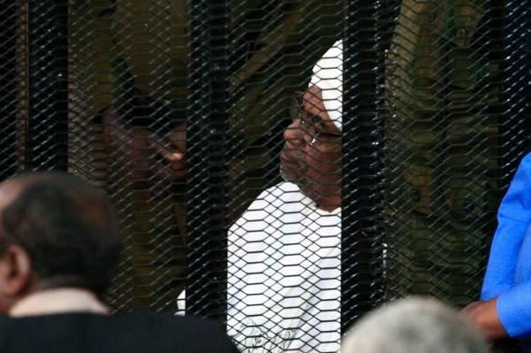 عمر البشير في ثاني جلسات محاكمته.