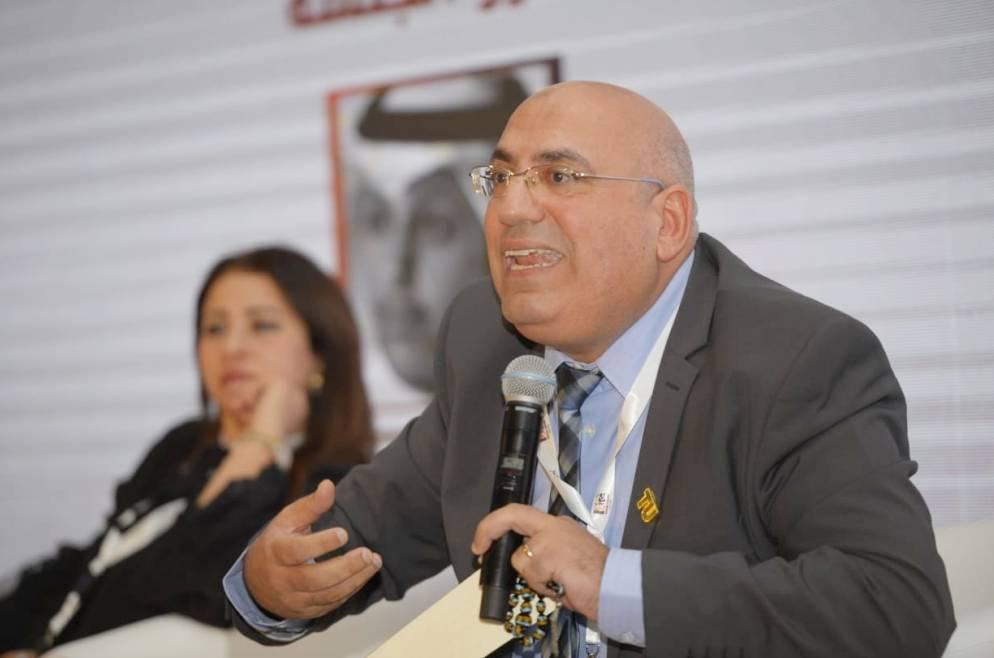 د. محمد أبو شوارب متحدثا في الندوة وتبدو د. نانسي إبراهيم.