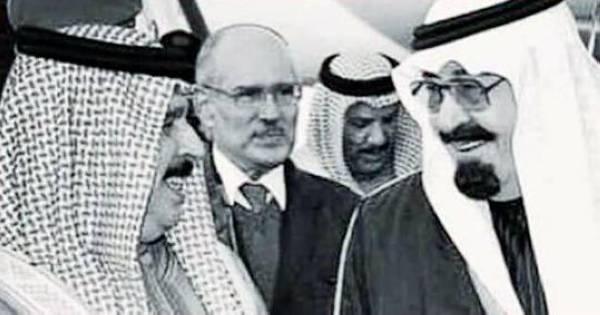 الأنصاري متوسطا الملكين عبدالله بن عبدالعزيز وحمد بن عيسى.