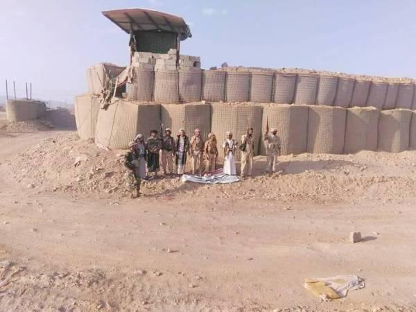 أفراد من قوات الشرعية يتمركزون أمام معسكر «العلم» في شبوة عقب السيطرة عليه أمس.(متداولة)