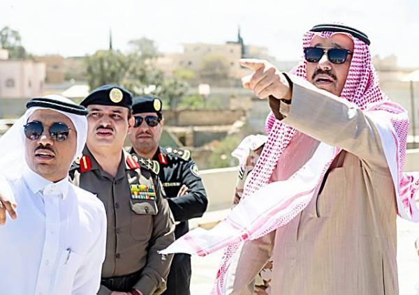 أمير الباحة في جولة ميدانية سابقة على المشاريع.