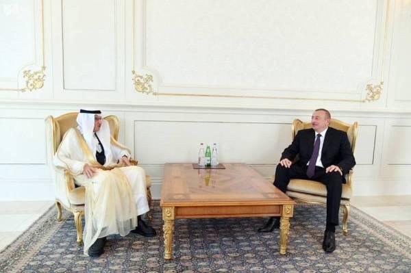 الرئيس الأذربيجاني مستقبلا العثيمين. (عكاظ)