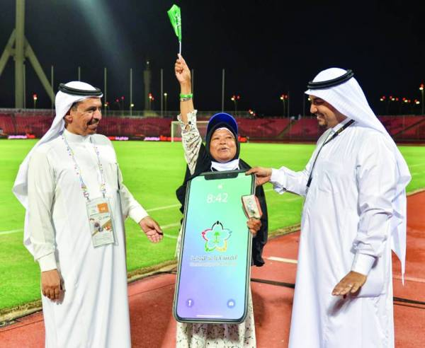 فرحة عارمة لياتي بينتي من إندونيسيا الفائزة بجائزة الجوال المقدمة من الهيئة العامة للرياضة.
