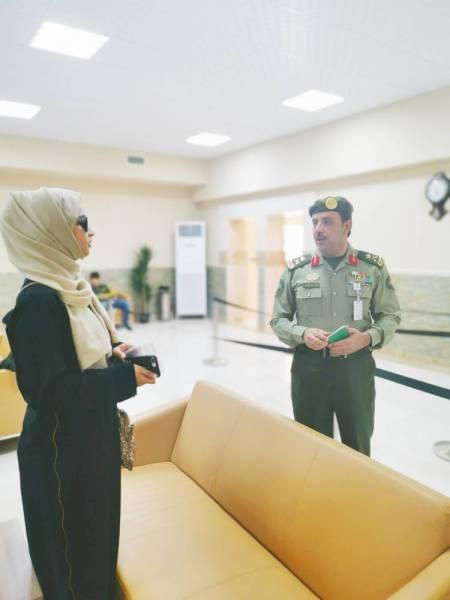 مدير جوازات منطقة مكة يرد على استفسارات إحدى المراجعات. (تصوير: أحمد المقدام)