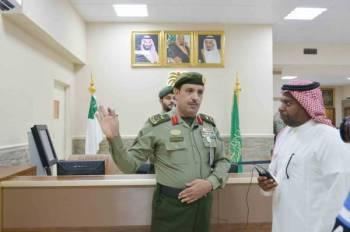 اللواء عابد الحارثي خلال حديثه مع الزميل حسين هزازي (تصوير : احمد المقدام)