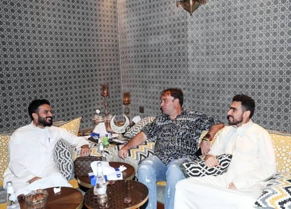 سييرا مع أنمار الحائلي وأحمد كعكي في حفل العشاء.
