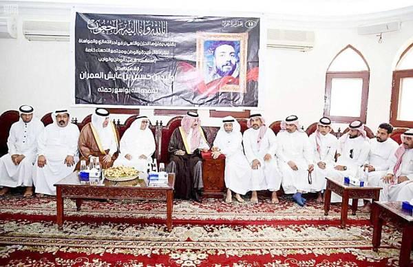 الأمير بدر بن محمد في مجلس عزاء العمران. (عكاظ)