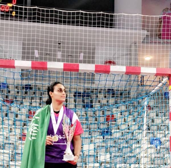 البطلة السعودية منيرة الحمدان عقب تتويجها بالذهب.