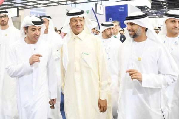 الأمير عبد العزيز بن سلمان وهزاع بن زايد آل نهيان ووزير الطاقة الإماراتي خلال افتتاح مؤتمر الطاقة العالمي في أبو ظبي.