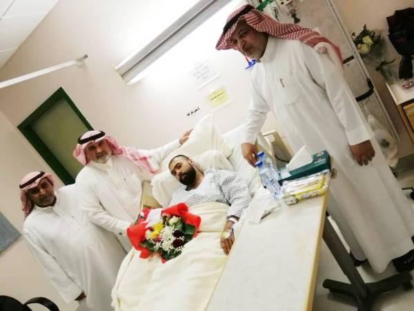 بعض أعضاء نادي النجوم خلال زيارتهم لأحد المصابين.
