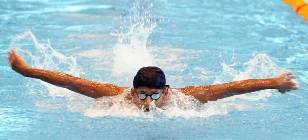 السباح عبدالله اليوسف صاحب برونزية سباق 200م فراشة لفئة ١٣-١٤ سنة.