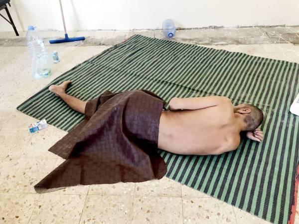 حميد يسكن في بقالة مهجورة.