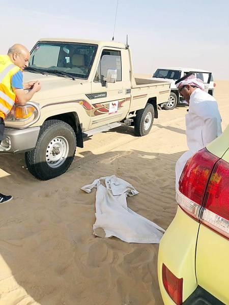 ملابس المفقود بجوار مركبته.