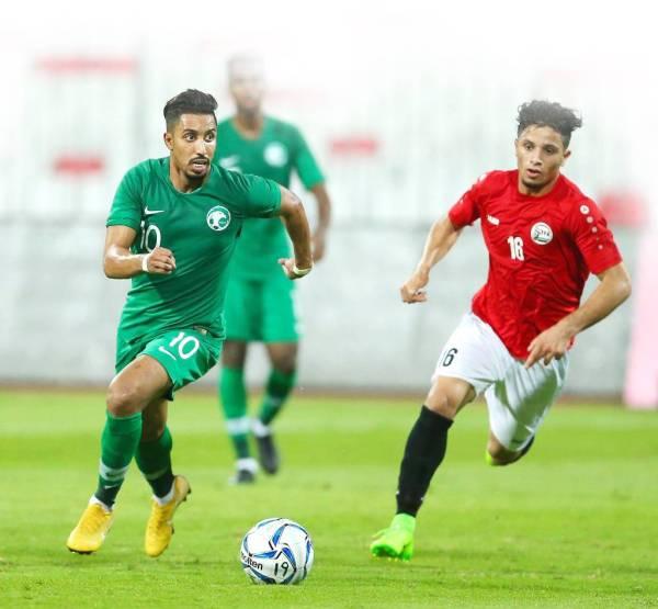 سالم الدوسري يقود هجمة وسط متابعة لاعب المنتخب اليمني.