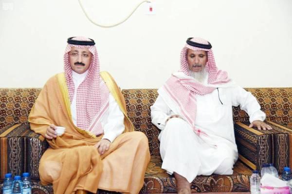 الأمير بدر بن محمد في منزل أسرة الشهيد.