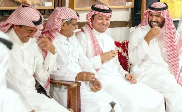 وزير الثقافة في لقاء سابق مع المثقفين والفنانين والكتاب.