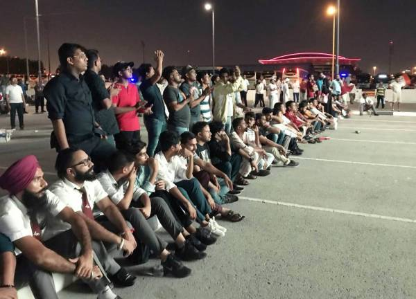 جماهير هندية اصطفت في مواقف السيارات بعد منعهم من دخول ملعب مباراة منتخب بلادهم أمام قطر. (أ ف ب)