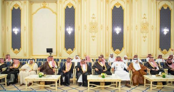 جمع من المواطنين خلال قدومهم للسلام على الملك.