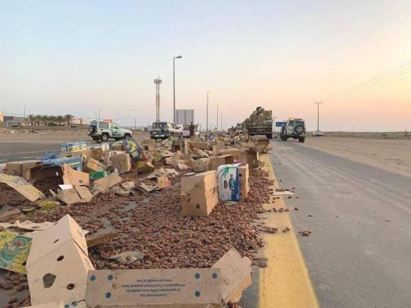 شاحنة تمور تغلق طريق «الخرمة - تربة»
