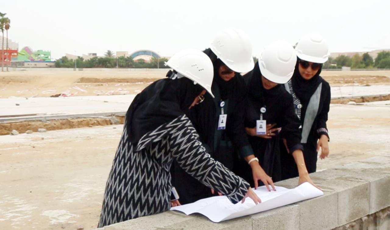 المهندسات يطلعن على خريطة تصميم إحدى حدائق جدة. (تصوير: ذكرى السلمي) zekraalsolami@