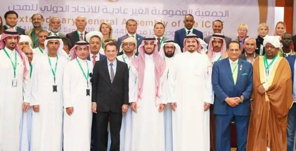 الأمير عبدالعزيز يتوسط أعضاء الجمعية العمومية.