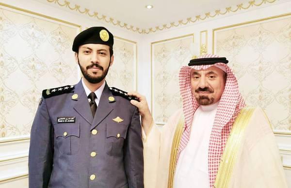 الأمير جلوي بن عبدالعزيز مقلداً السبيعي رتبته الجديدة.
