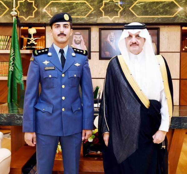 الأمير سعود بن نايف والنقيب القحطاني. (عكاظ)