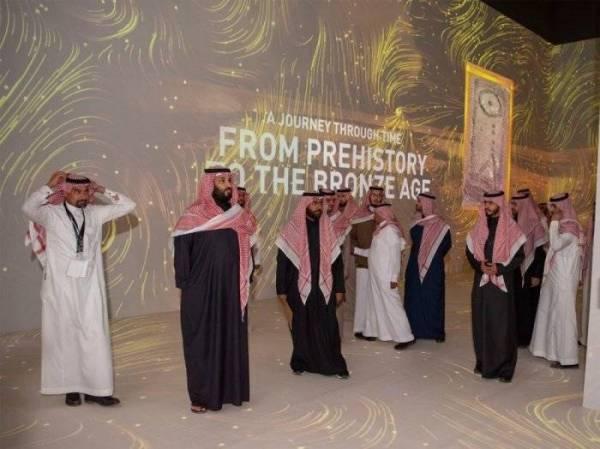 ولي العهد الأمير محمد بن سلمان خلال تدشينه رؤية العلا في فبراير الماضي، ويظهر بجواره الأمير بدر بن فرحان.