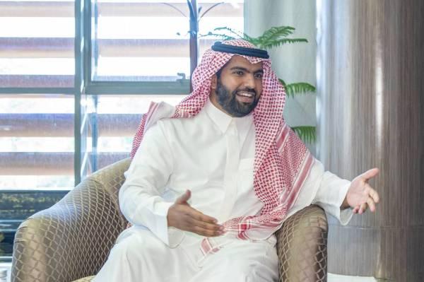 الأمير بدر بن فرحان متحدثا للزميل الخماش.