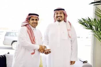 الأمير فهد بن جلوي مكرماً الزميل الذيابي. (عكاظ)
