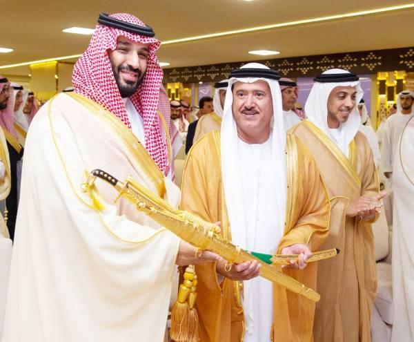 الأمير عبدالله بن بندر متابعا الحفل.