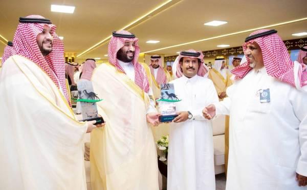 الأمير محمد بن سلمان متوجا أحد الفائزين.