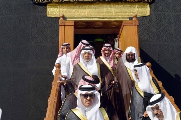 نيابة عن خادم الحرمين.. أمير مكة يتشرف بغسل الكعبة