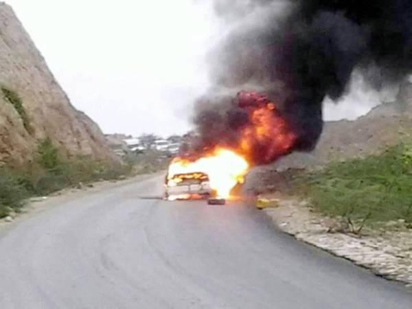 سيارة تشتعل فيها النيران عقب تعرضها لكمين في محافظة شبوة أمس. (متداولة)